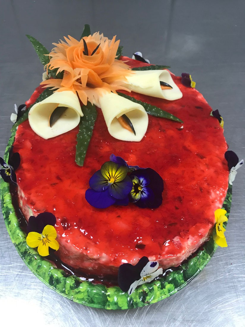 1 - Tort rosu salata Boeuf contine: salata beouf, cascaval, flori comestibile. Se poate monta in 3 marimi diferite – PRET DE LA 129,99 lei/ buc;
