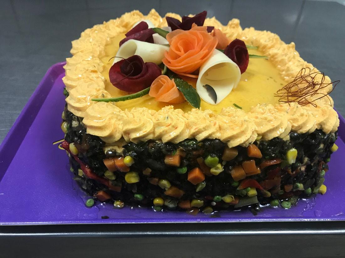 3 - Tort multicolor 1: mic (suficient pentru 4 – 6 pers), cantareste aproximativ 2,4 kg / platou, contine: salata boeuf, salam crud uscat, sunca presata – Pret 129,99 lei/ buc;