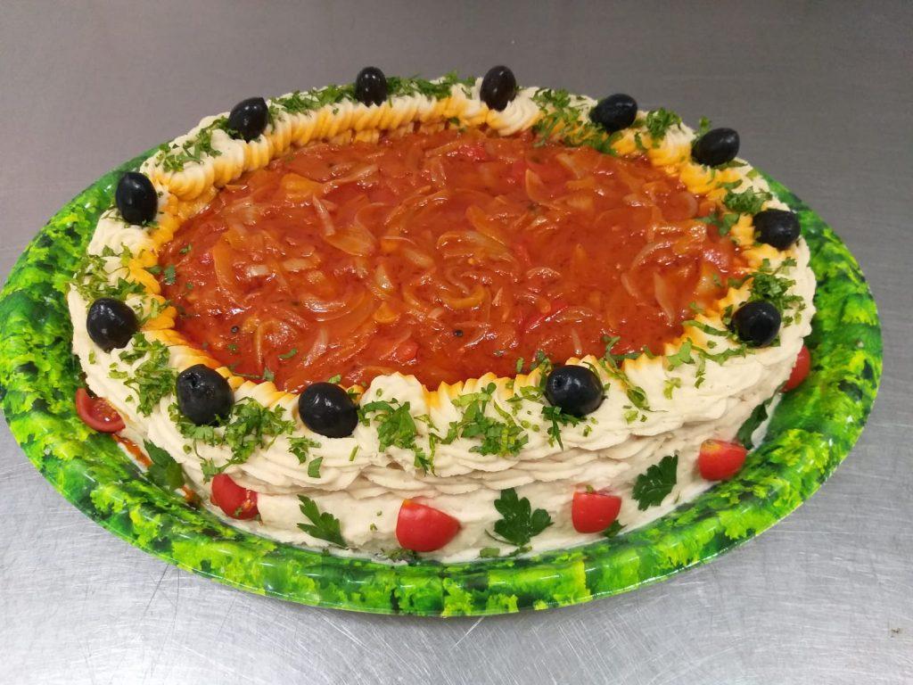 5 - Tort cu fasole batuta/facaluita contine: fasole batuta/facaluita, masline, rosii cherry. Se poate monta in 3 marimi diferite – PRET DE LA 109,99 lei/ buc;