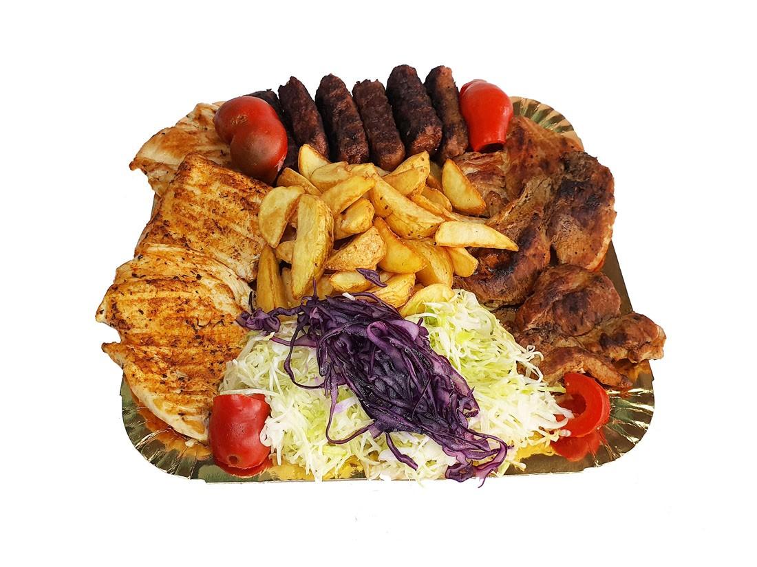 Platou 1 mixt – contine: mici vita-porc, ceafa la gratar, piept de pui la gratar, cartofi wedges, salata de varza alba cu varza rosie si gogosari in otet