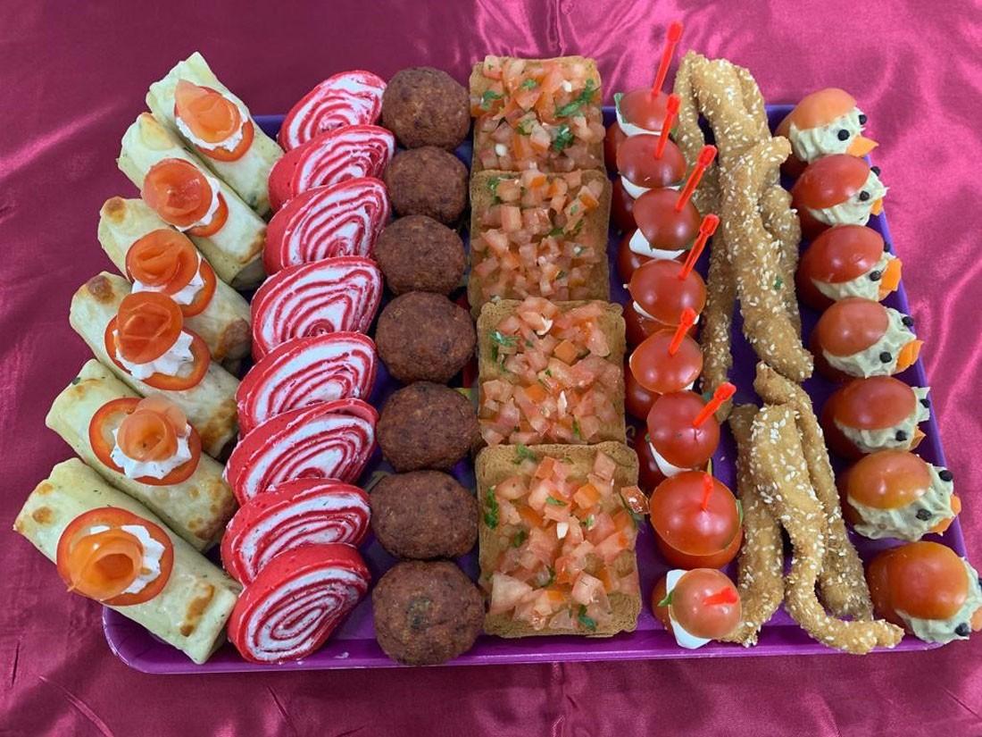 Platou dreptunghiular 03 - contine: clatite de pui gratinate (6 buc), rulada de sfecla rosie cu crema de branza (8 buc), chiftelute de pui/porc (7 buc), bruschete (5 buc), frigarui capresse (8 buc), gujoane pesmet cu susan de pui/porc (9 buc), rosii cherry cu vinete (7 buc) – Pret 119,99 lei/ buc ;