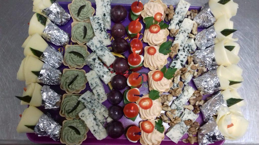 Platou dreptunghiular 11 - contine: flori din cascaval (6 buc), cosulete cu crema de branza cu spanac (6 buc), blue cheese (50g), boabe de strugure (50g), frigarui capresse (8 buc), cosulete cu crema de branza picanta (6 buc), blue cheese (50g), nuca (50g), flori din cascaval (6 buc) – Pret 129,99 lei/ buc ;