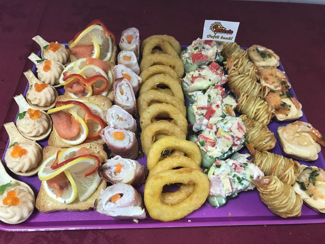 Platou dreptunghiular 17 - contine: cosulete cu icre de crap si somon (6 buc), tartina cu somon fume (5 buc), rulou cu salau, bacon si legume (8 buc), inele de calamar pane (10 buc), barcuta din castravete cu salata de surimi (5 buc), creveti in cartof (7 buc), cosulete cu creveti si sos (5 buc) – Pret 139,99 lei/ buc ;