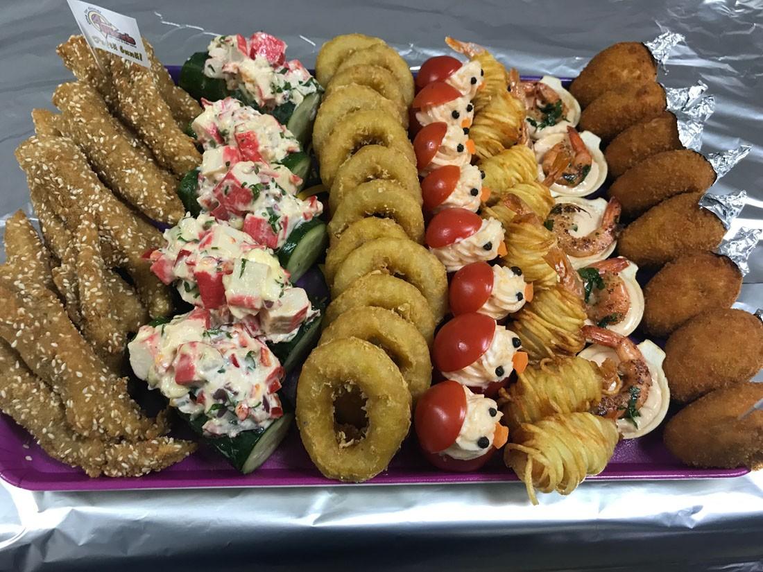 Platou dreptunghiular 18 - contine: gujoane de salau cu susan (12 buc), barcuta din castravete cu salata de surimi (5 buc), inele de calamar pane (12 buc), rosii cherry cu icre crap (8 buc), creveti in cartofi (8 buc), cosulete cu creveti si sos (5 buc), muslitos (8 buc) – Pret 169,99 lei/ buc ;