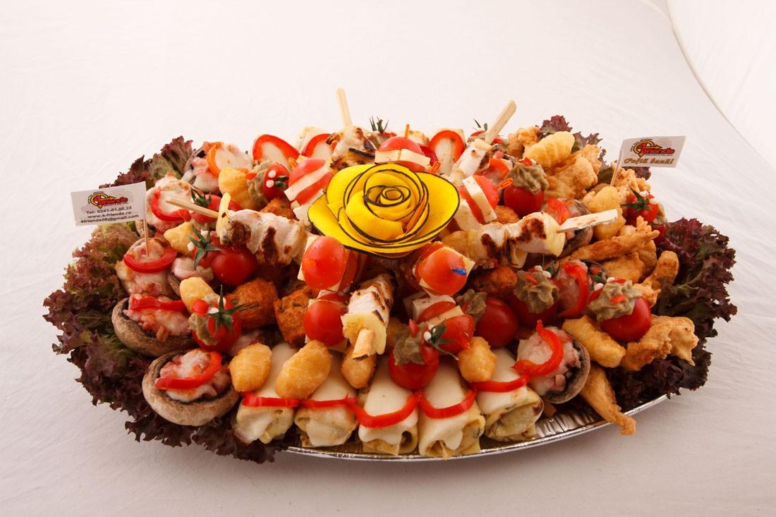 Platou oval 16 - contine: bulete de cascaval, degetele de pui/porc in bechamel, chiftelute de pui/porc, clatite de pui gratinate, frigarui de pui/porc, frigarui de rosii cherry cu telemea de vaca, ciuperci cu/fara bacon gratinate, rosii cherry cu vinete – Pret de la 119,99 lei / buc ;