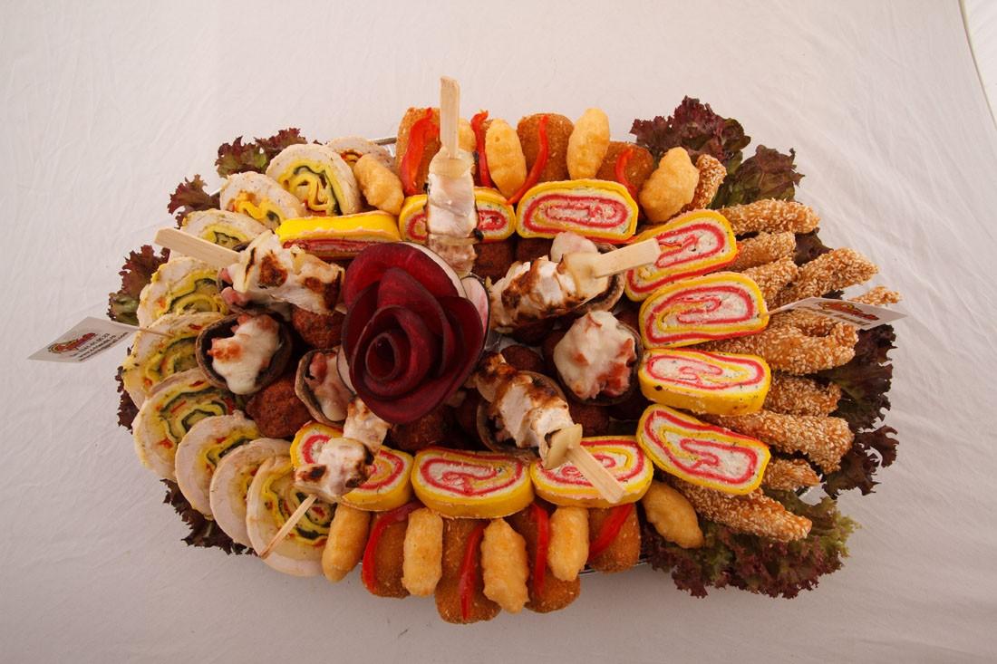 Platou oval 17 - contine: bulete de cascaval, degetele de pui/porc cu susan, chiftelute de pui/porc, miniGordon bleu de pui/porc, rulada de pui, rulada cu crema de branza, frigarui de pui/porc, ciuperci cu/fara bacon gratinate – Pret de la 119,99 lei / buc ;
