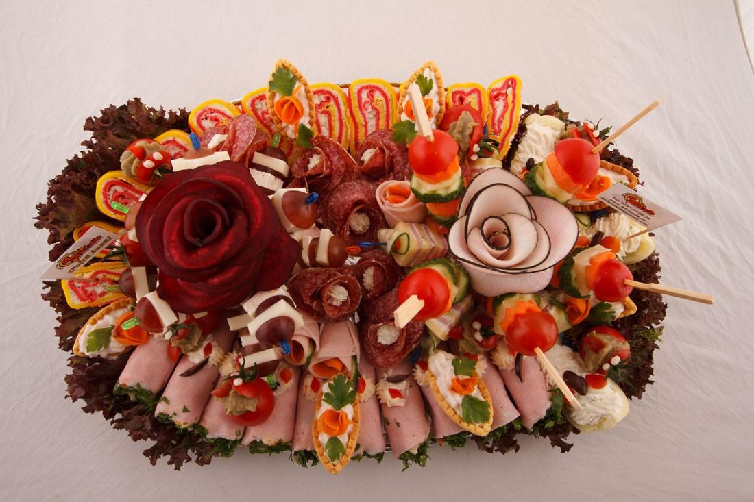 Platou oval 18 - contine: rulou de sunca presata cu salata de cruditati, rulada cu crema de branza, barcuta de ardei cu crema de branza, cosulete cu icre de crap, rosii cherry cu vinete, frigarui de legume proaspete, frigarui de strugure cu cascaval, dobos, flori din salam crud uscat, flori din sunca presata – Pret de la 129,99 lei / buc ;
