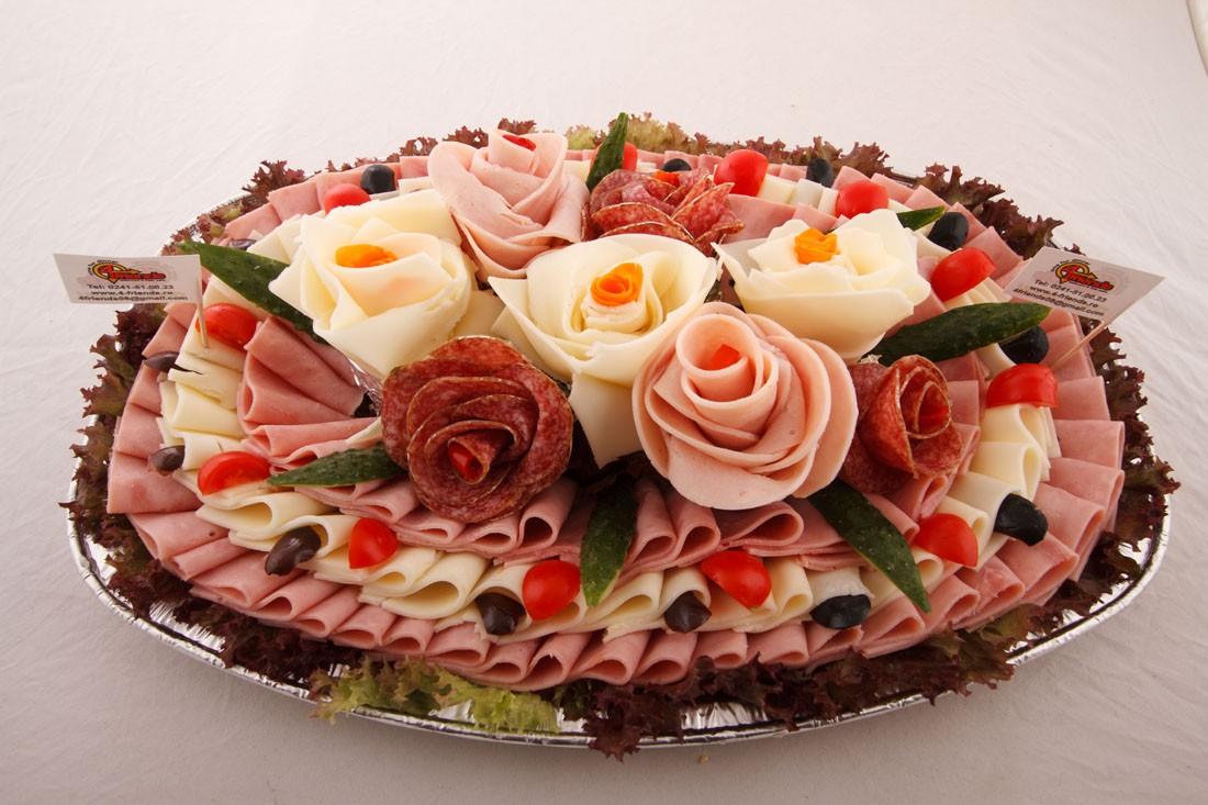 Platou oval 2 - contine: flori din salam crud uscat, flori de cascaval, flori de sunca presata, legume proaspete, masline, cascaval, sunca presata – Pret de la 149,99 lei / buc ;