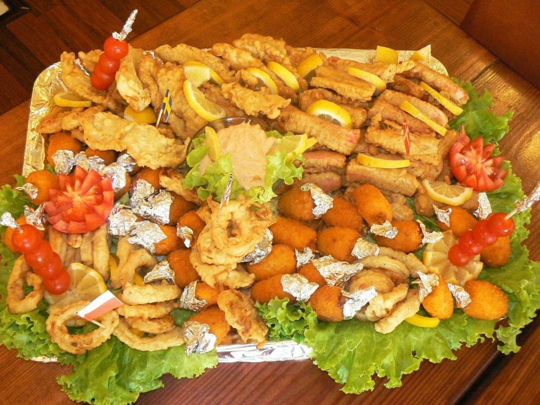 Platou oval 21 - contine: surimi pane cu susan, muslitos, inele calamar pane, gujoane de salau pane, sos cocktail – Pret de la 129,99 lei / buc ;