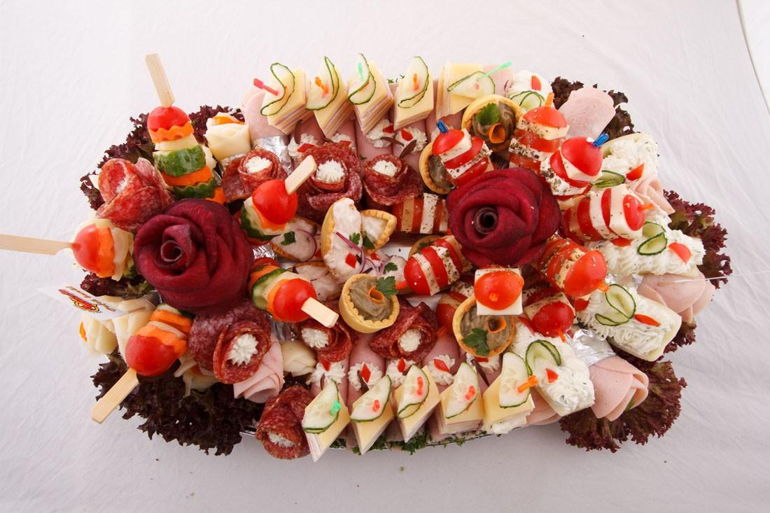 Platou oval 4 - contine: rulou de sunca presata cu salata de cruditati, dobos, barcuta de ardei cu crema de branza, cosulete cu vinete, cosulete cu icre de crap, frigarui de legume, frigarui de rosii cherry cu cascaval, flori din salam crud uscat, flori din cascaval, flori din sunca presata – Pret de la 119,99 lei / buc ;