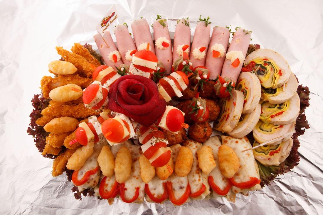 Platou oval 8 - contine: bulete de cascaval, degetele de pui/porc crocante, chiftelute de pui/porc, clatite de pui gratinate, frigarui de rosii cherry cu cascaval, rulou de sunca presata cu salata de cruditati, rulada de pui, rosii cherry cu vinete – Pret de la 114,99 lei / buc ;