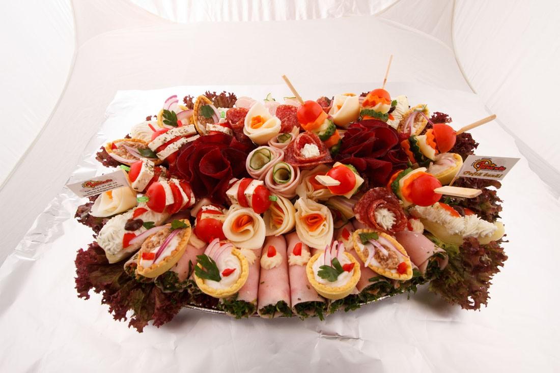 Platou oval 9 - contine: rulou de sunca presata cu salata de cruditati, dobos, barcuta de ardei cu crema de branza, cosulete cu ton, cosulete cu icre de crap, frigarui de legume proaspete, frigarui de rosii cherry cu cascaval, flori din salam crud uscat, flori din cascaval, flori din sunca presata – Pret de la 119,99 lei / buc ;