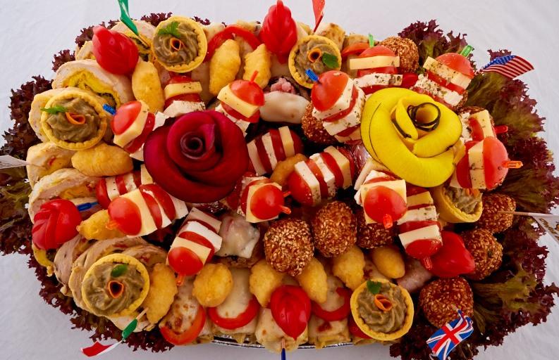Platou oval 14 - contine: bulete de cascaval, rulada de pui, clatite de pui gratinate, chiftelute de pui/porc cu susan, ficatei de pui cu bacon, ciuperci cu/fara bacon gratinate, frigarui de rosii cherry cu telemea de vaca, cosulete cu vinete, rosii cherry – Pret de la 119,99 lei / buc;